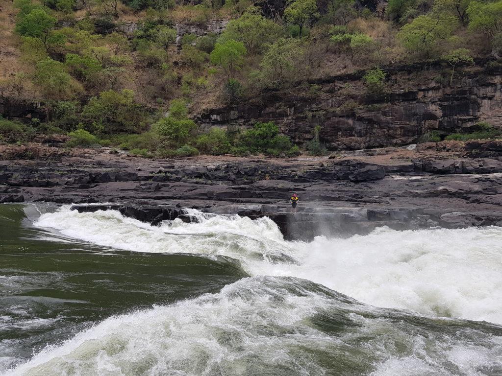 Vincent repère le rapide n°9. Non pratiqué en rafting. Possible en kayak.