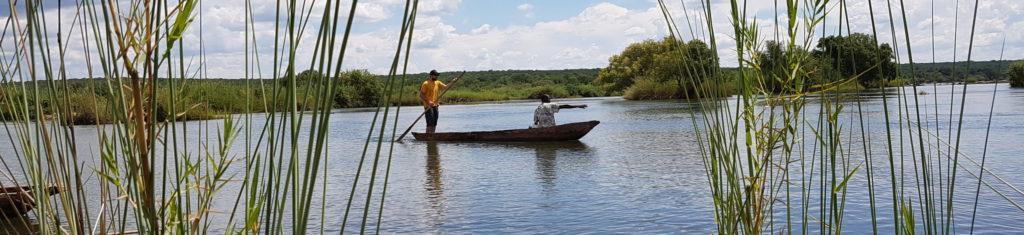 Le rafting et kayak sont mis de côté. Un kayakiste découvre le maniement de la pirogue.
