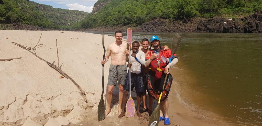 Des kayakistes sur une plage du Zambèze. En rafting ou en kayak la descente est mythique.